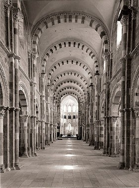 Nef_de_la_basilique_de_Vézelay_à_14h27_le_23_juin_1976.jpg